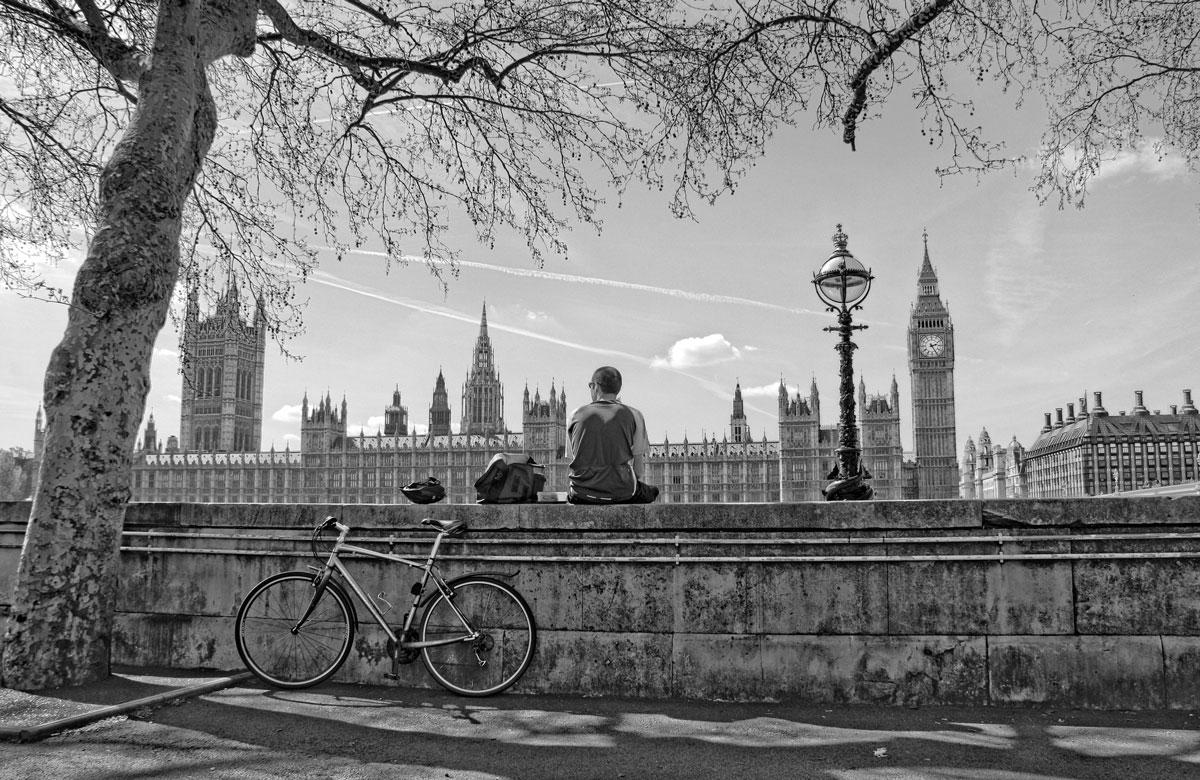 Der Mann mit Fahrrad