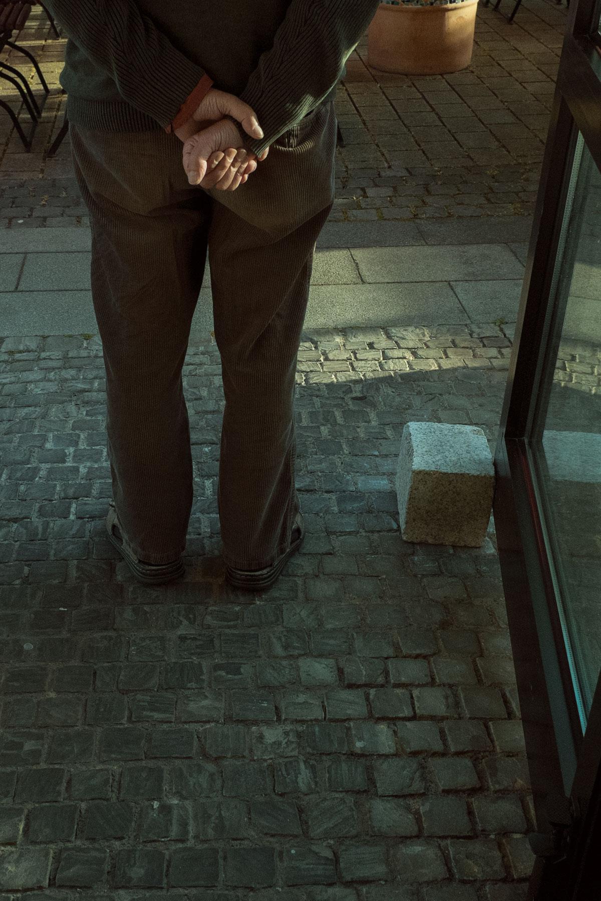 Der Mann und der Pflasterstein