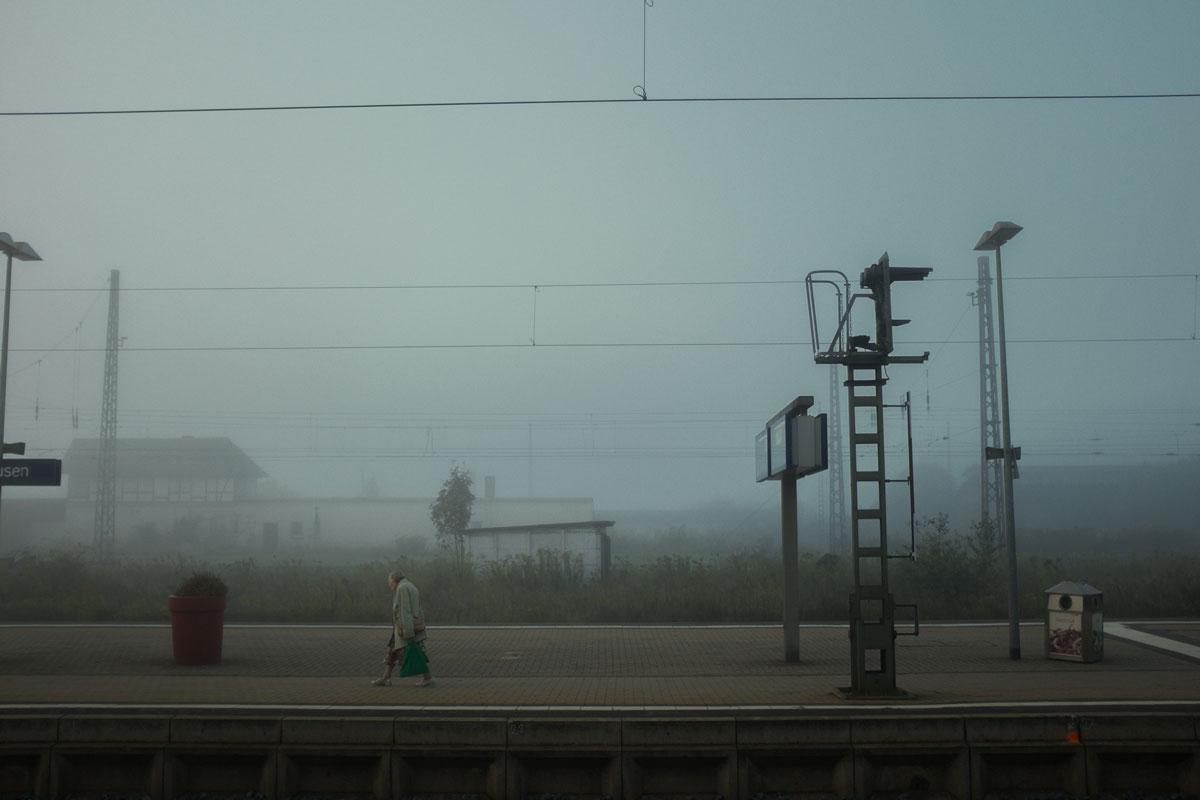 Die Frau am Bahnsteig
