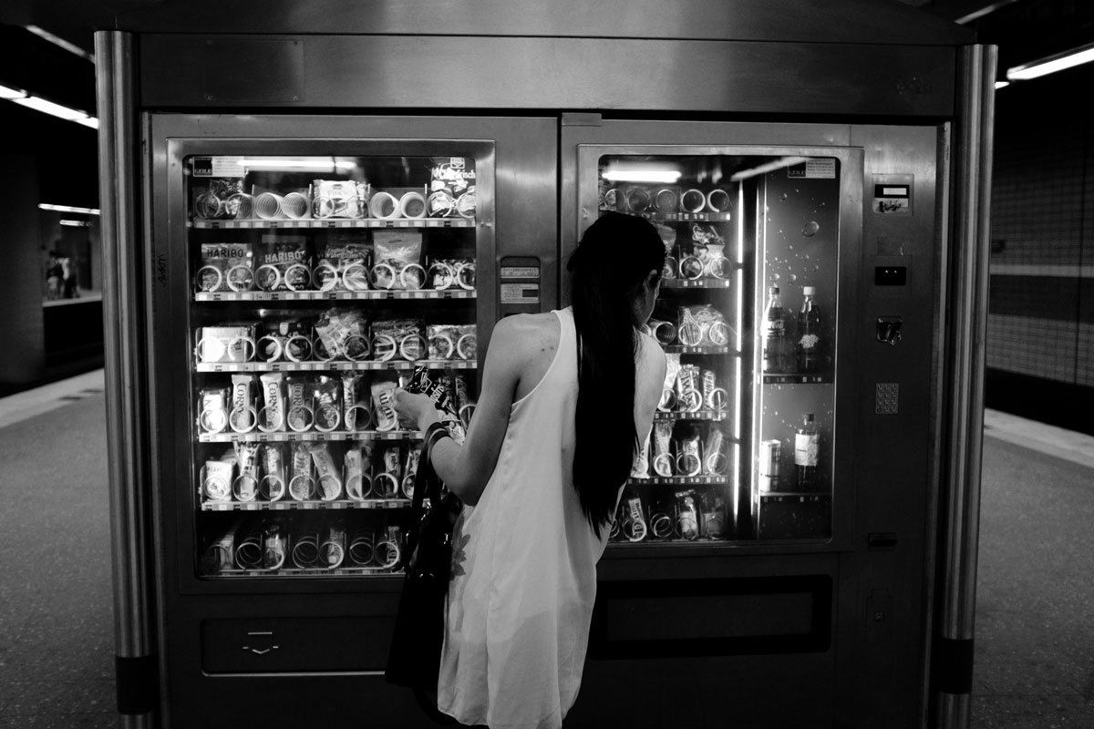 Die Frau vor dem Automat