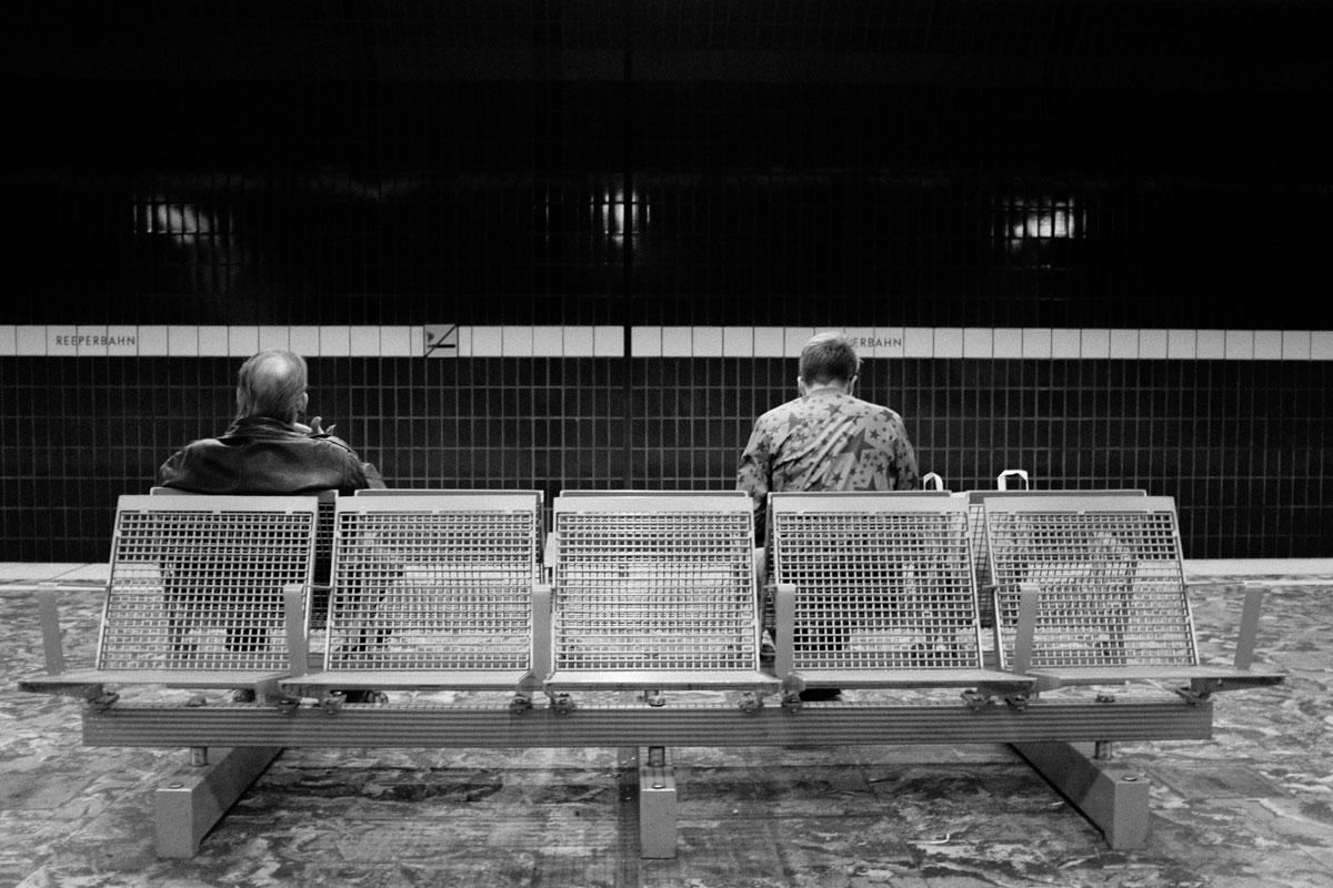 Die zwei Männer in der Untergrundbahnstation